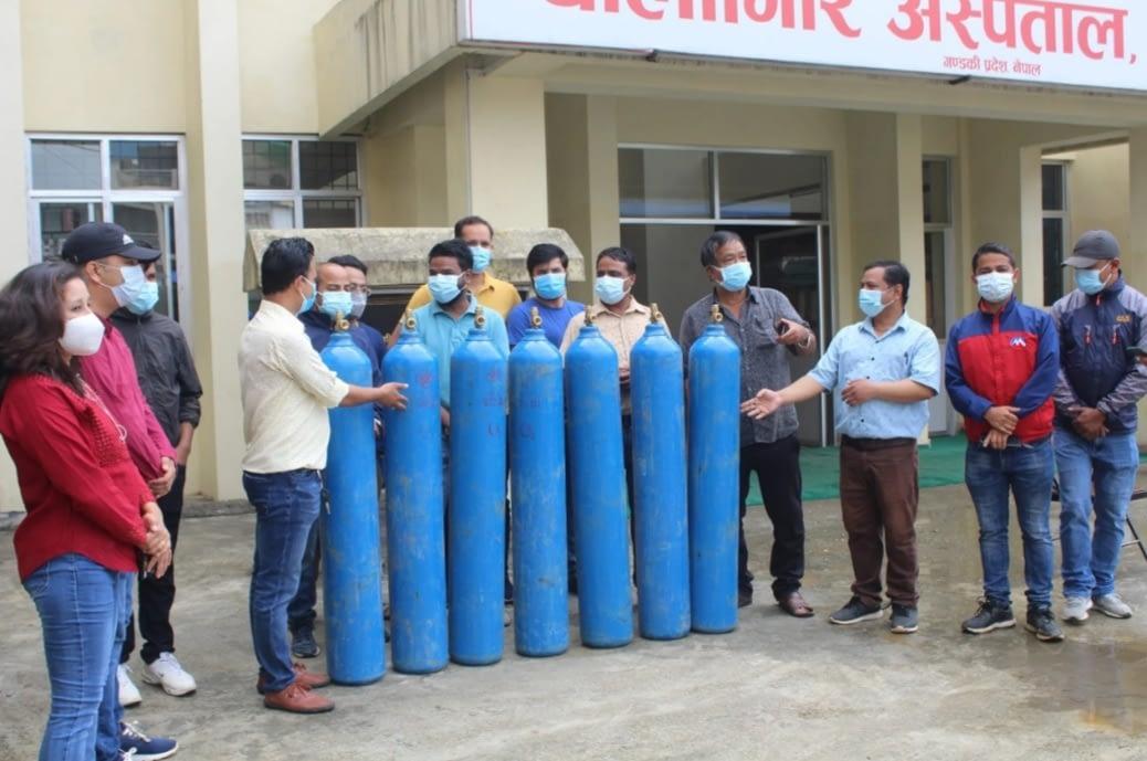धौलागिरि अस्पताललाई बैंकर्स बागलुङले गर्योअक्सीजन शिलिण्डर सहयोग