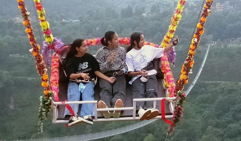 लामो पुल सगै, जोडिदै मनोरञ्जनका आयाम