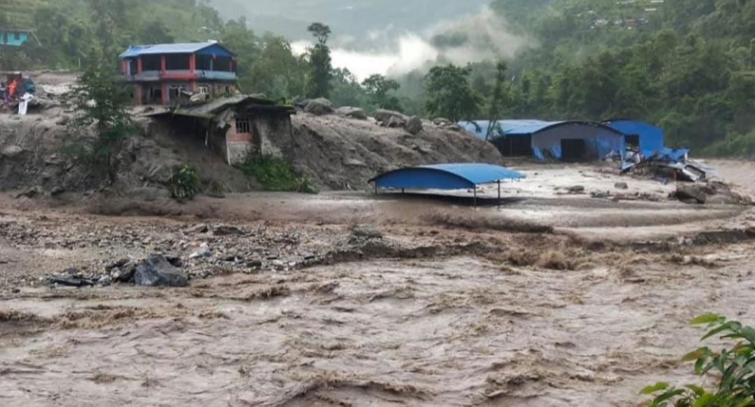बाढीले सिन्धुपाल्चोकमा १५ घर बगे :दुईको मृत्यु, ९ जना बेपत्ता